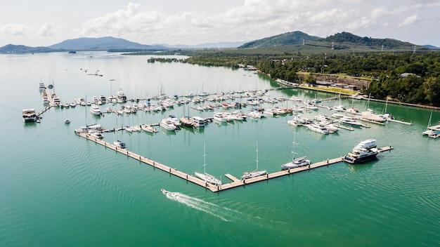 Iates e barcos na baía da marina em phuket tailândia vista aérea