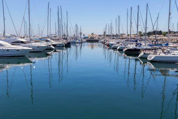Iates e barcos na costa marinha