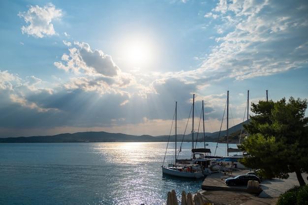 Iates e barcos na marina do porto de ermioni na grécia