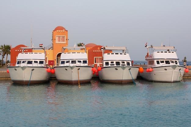 Iates e barcos no cais do porto da marina