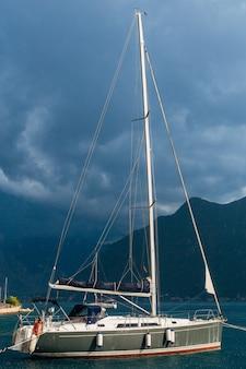 Iates e barcos no mar adriático