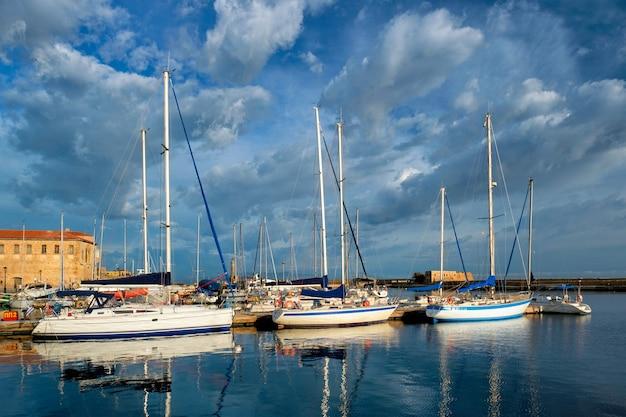 Iates e barcos no pitoresco porto antigo de chania, ilha de creta, grécia