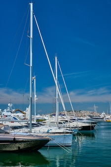 Iates e barcos no porto de atenas, grécia