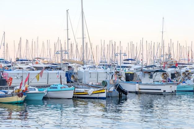 Iates estacionados no porto de cannes ao pôr do sol