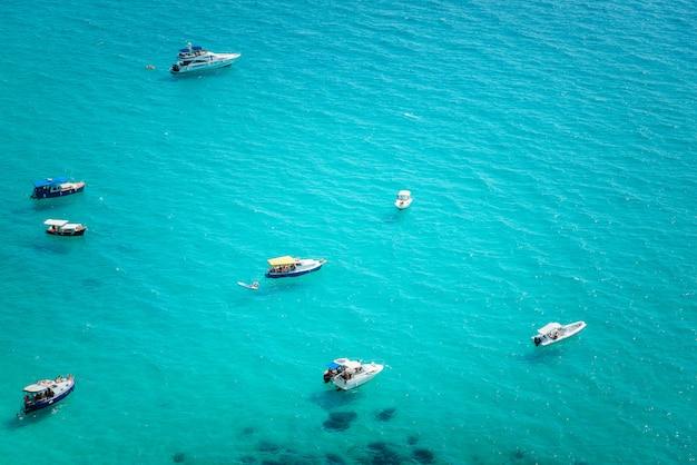 Iates na baía na costa do mar tropical