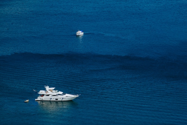 Iates navegam no mar calmo