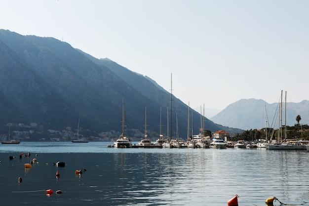 Iates no contexto das montanhas na baía de kotor. montenegro 12.07.2021