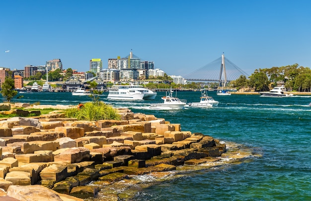 Iates no porto de sydney visto do barangaroo reserve park