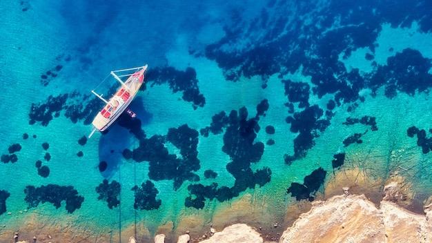 Iatismo para esportes aquáticos ao ar livre vista aérea do iate de ancoragem em mar aberto viagem no mar e no mar