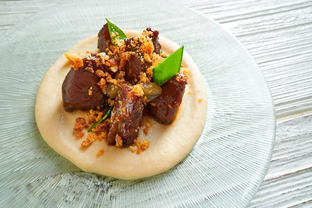 Iberico porco bochechas carne de porco com ervilhas instantâneas de açúcar mangetout