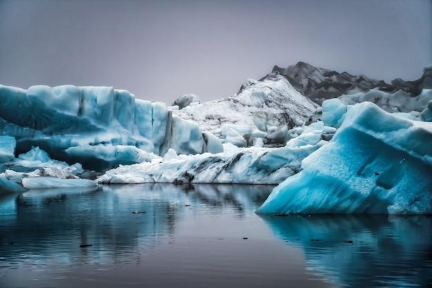 Iceberg na lagoa glacial de jokulsarlon na islândia.