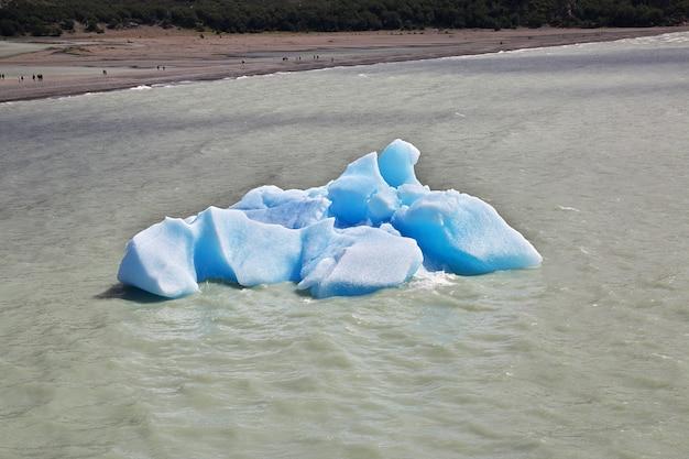 Iceberg no lago grey no parque nacional torres del paine, patagônia, chile