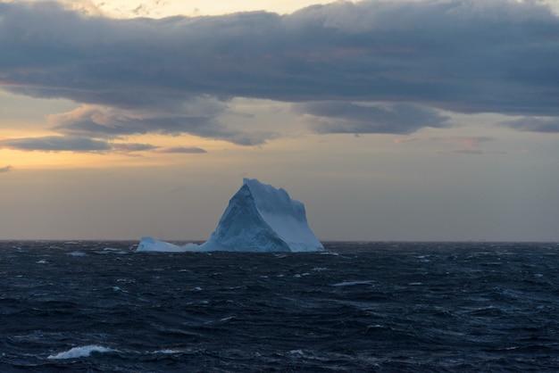 Iceberg no mar antártico
