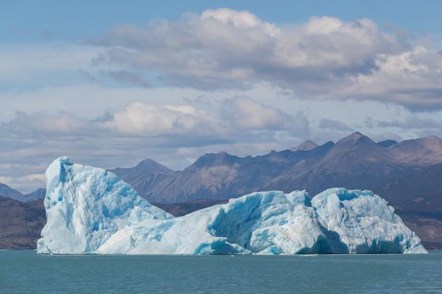 Iceberg perto de geleira derretendo