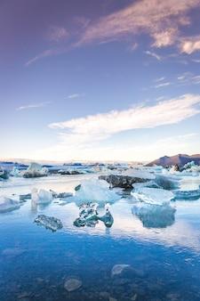 Icebergs azuis na islândia no final do sol