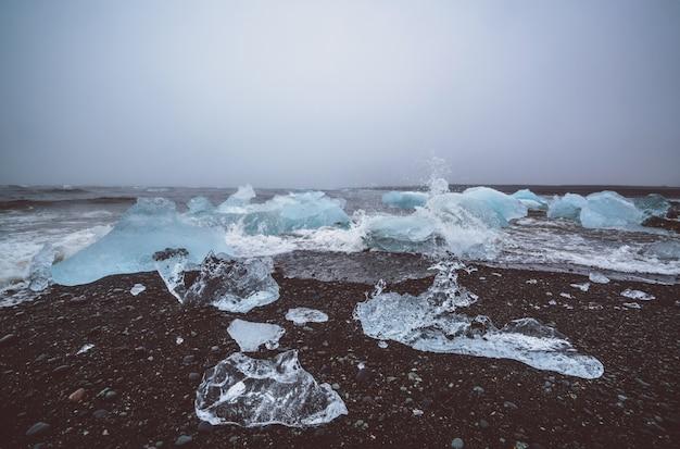 Icebergs em diamond beach na islândia.