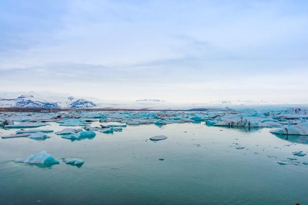 Icebergs em glacier lagoon, na islândia.