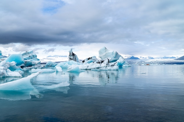 Icebergs flutuando em uma grande lagoa na islândia