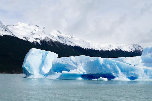 Icebergs flutuando no lago argentino, paisagem da patagônia, argentina lago argentino