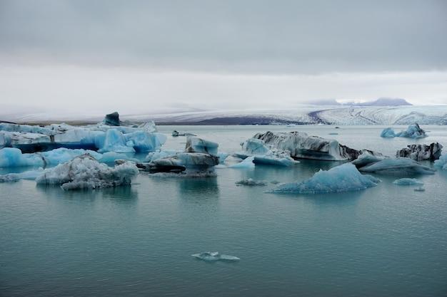 Icebergs na lagoa da geleira de jokulsarlon. parque nacional de vatnajokull, islândia.