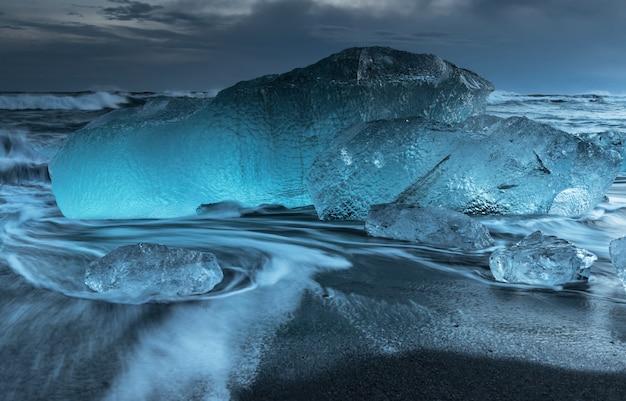 Icebergs na praia de diamantes na islândia