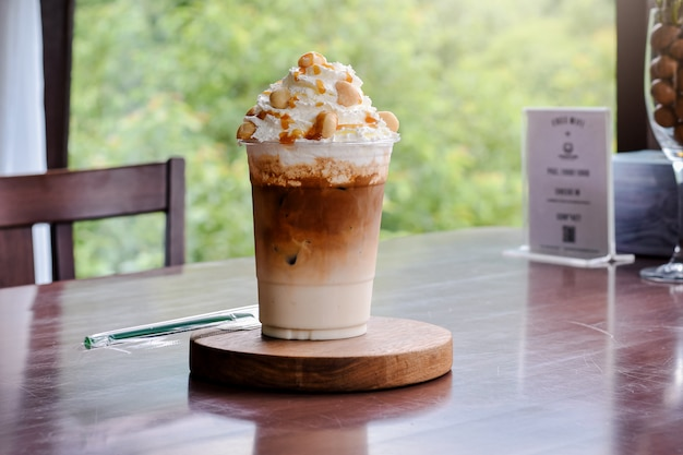 Iced caramel macchiato bebida de café expresso em camadas, xarope de baunilha, expresso de leite cremoso e frio