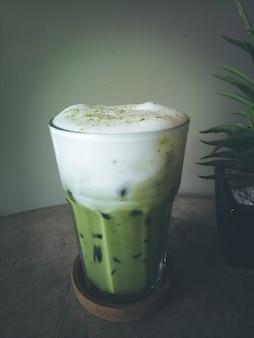 Iced green tea coffee late ou matcha & espresso fusion no loft de concreto