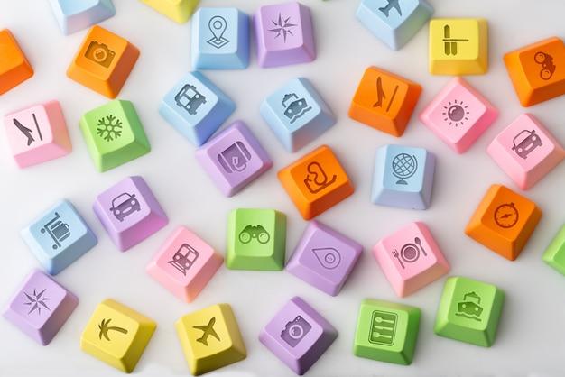 Ícone colorido viagem no teclado do computador para o conceito de reserva on-line