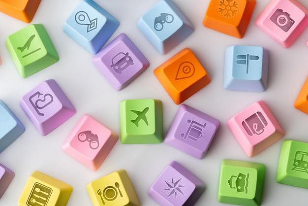 Ícone colorido viagens no teclado do computador para o conceito de reserva on-line