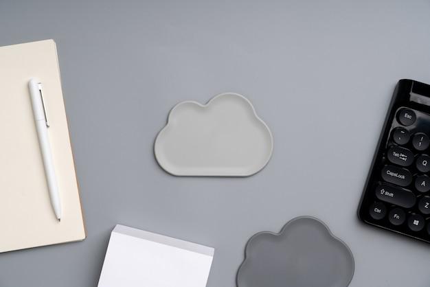 Ícone da nuvem da vista superior no local de trabalho e mesa