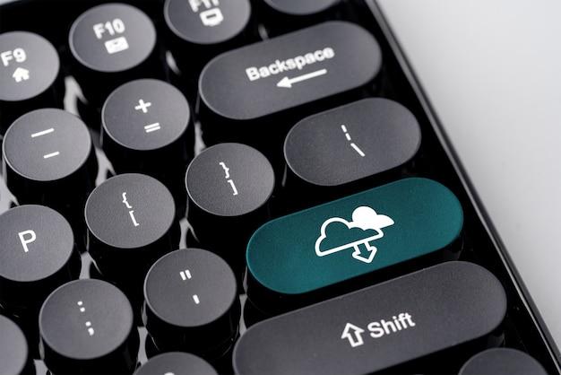 Ícone da tecnologia de nuvem para compras on-line conceito de negócios globais no teclado retrô