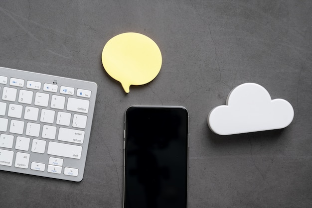 Ícone da tecnologia de nuvem para o conceito de negócios globais em uma mesa da vista superior
