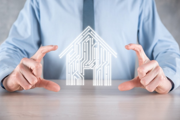 Ícone de casa de espera de empresário. casa inteligente controlada, casa inteligente e conceito de aplicativo de automação residencial. projeto de pcb e pessoa com telefone inteligente. conceito de rede de internet de tecnologia de inovação.