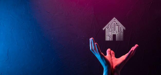Ícone de casa de espera de empresário. casa inteligente controlada, casa inteligente e conceito de app de automação residencial. projeto de pcb e pessoa com telefone inteligente. conceito de rede de internet de tecnologia de inovação.