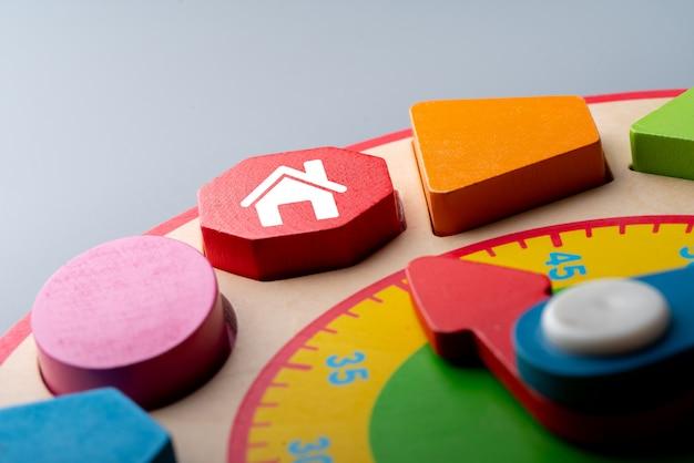 Ícone de casa no quebra-cabeça colorido
