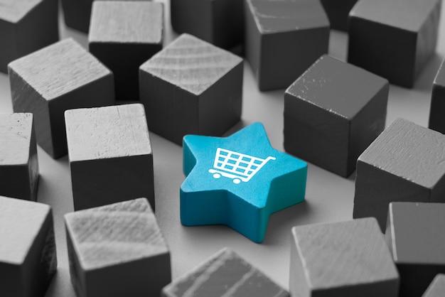 Ícone de compras on-line no cubo de quebra-cabeça colorido