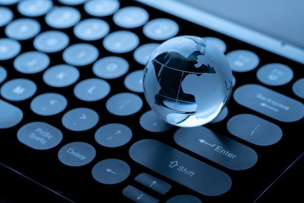 Ícone de compras online com globo para conceito global