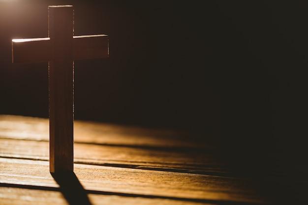 Ícone de crucifixo na mesa de madeira