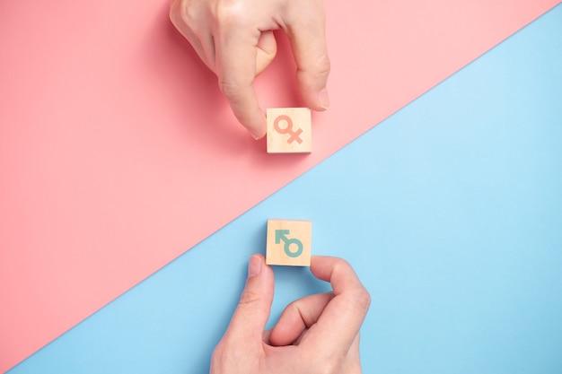 Ícone de gênero em blocos de madeira. conceitos de igualdade de gênero.