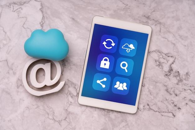 Ícone de mídia social no telefone inteligente para compras on-line