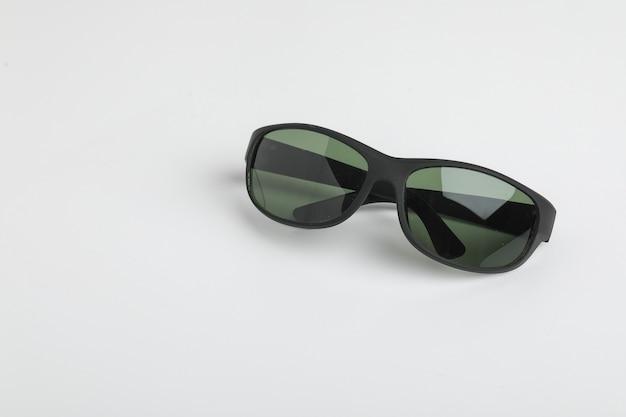 Ícone de óculos pretos, no branco.
