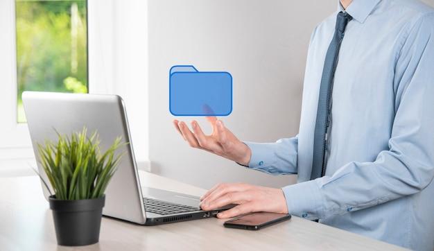 Ícone de pasta de retenção de mão. sistema de gerenciamento de documentos ou configuração de dms por consultor de ti com computador moderno pesquisando informações de gerenciamento e arquivos corporativos. processamento de negócios
