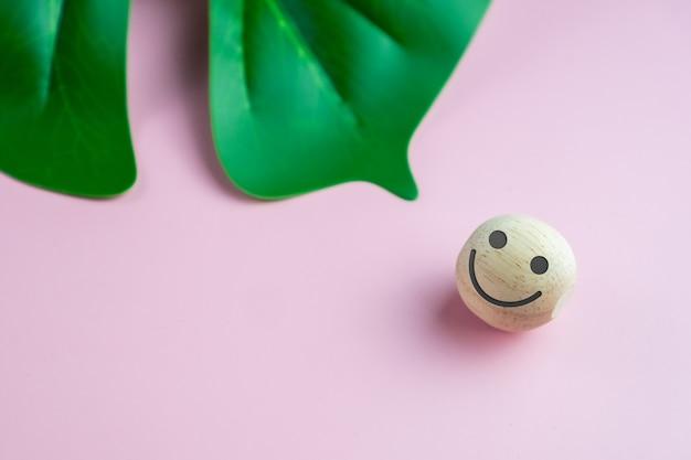 Ícone de rosto sorriso na placa de sinal de madeira