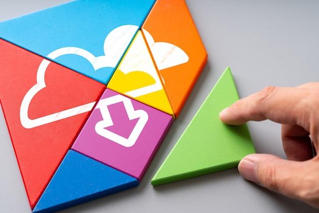 Ícone de tecnologia de nuvem no quebra-cabeça colorido