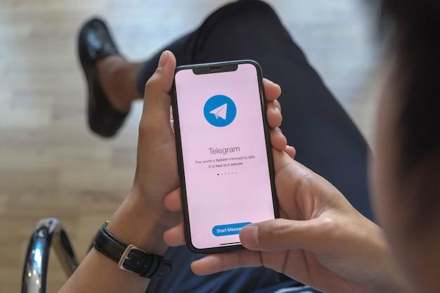 Ícone do aplicativo telegram na tela do apple iphone xs