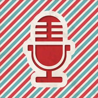 Ícone do microfone em fundo listrado de vermelho e azul. conceito vintage em design plano.