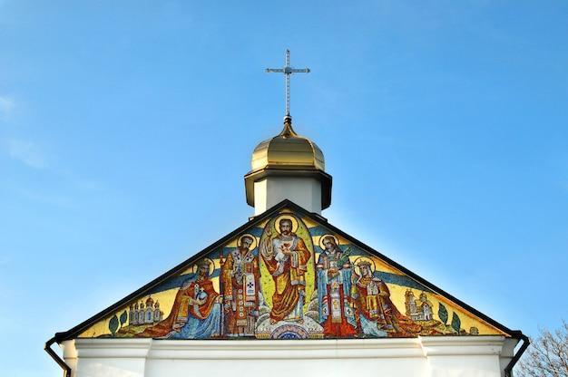 Ícone do mosaico do batismo da rússia-ucrânia, acima da entrada do mosteiro de goshiv.