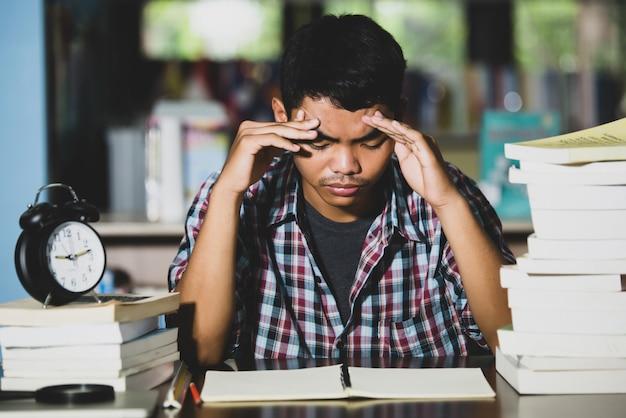 Ícone educacional: aluno cansado em uma biblioteca