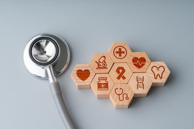 Ícone médico no quebra-cabeça hexagonal para cuidados de saúde global