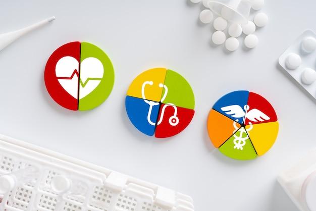 Ícone médico no quebra-cabeça para cuidados de saúde global